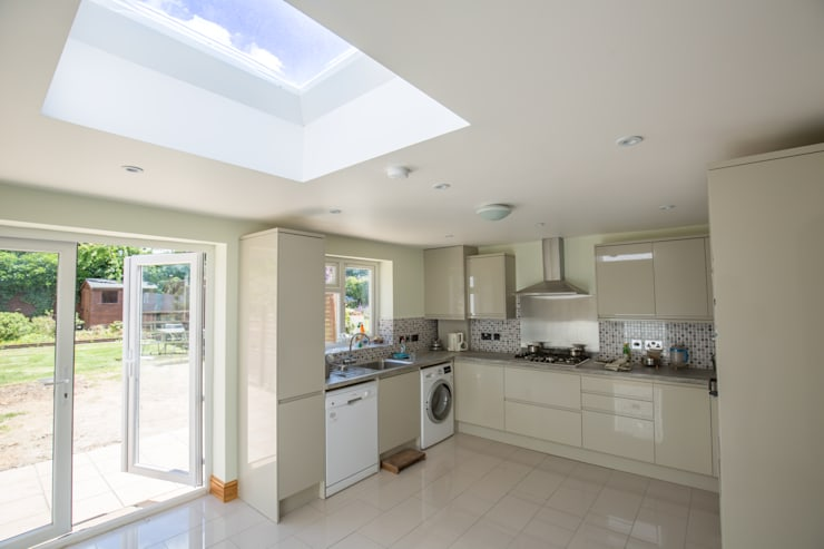A brand new kitchen built into this extension: modern Kitchen by The Market Design & Build