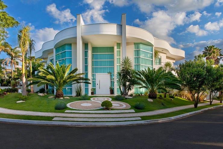 Casa Moinho dos Ventos: Casas modernas por Arquiteto Aquiles Nícolas Kílaris