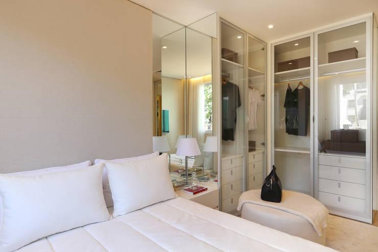 Vestidores y closets de estilo  por Chris Silveira & Arquitetos Associados
