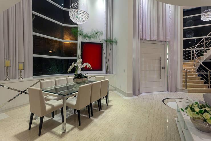 Casa Moinho dos Ventos: Salas de jantar modernas por Arquiteto Aquiles Nícolas Kílaris