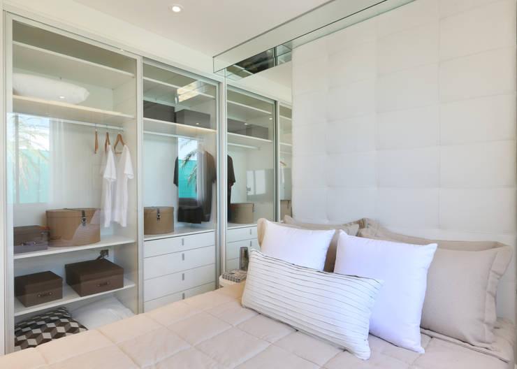 Vestidores y closets de estilo minimalista por Chris Silveira & Arquitetos Associados