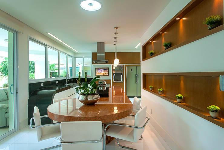 Casa Moinho dos Ventos: Cozinhas modernas por Arquiteto Aquiles Nícolas Kílaris