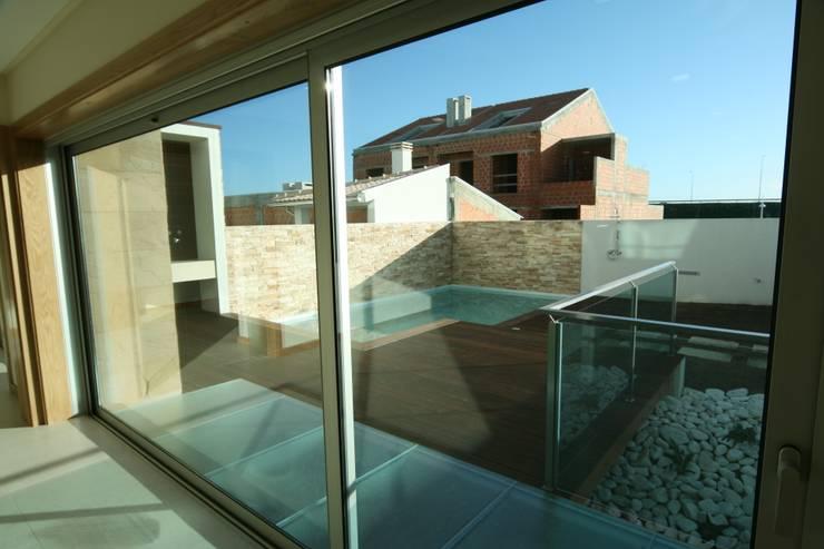 Casa 63 Quinta da Barra: Casas  por José Vitória Arquitectura
