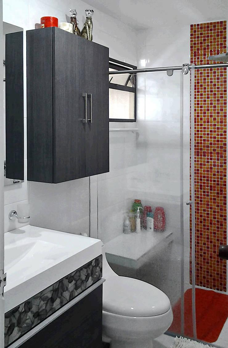 Baño con toque de color: Baños de estilo  por Remodelar Proyectos Integrales