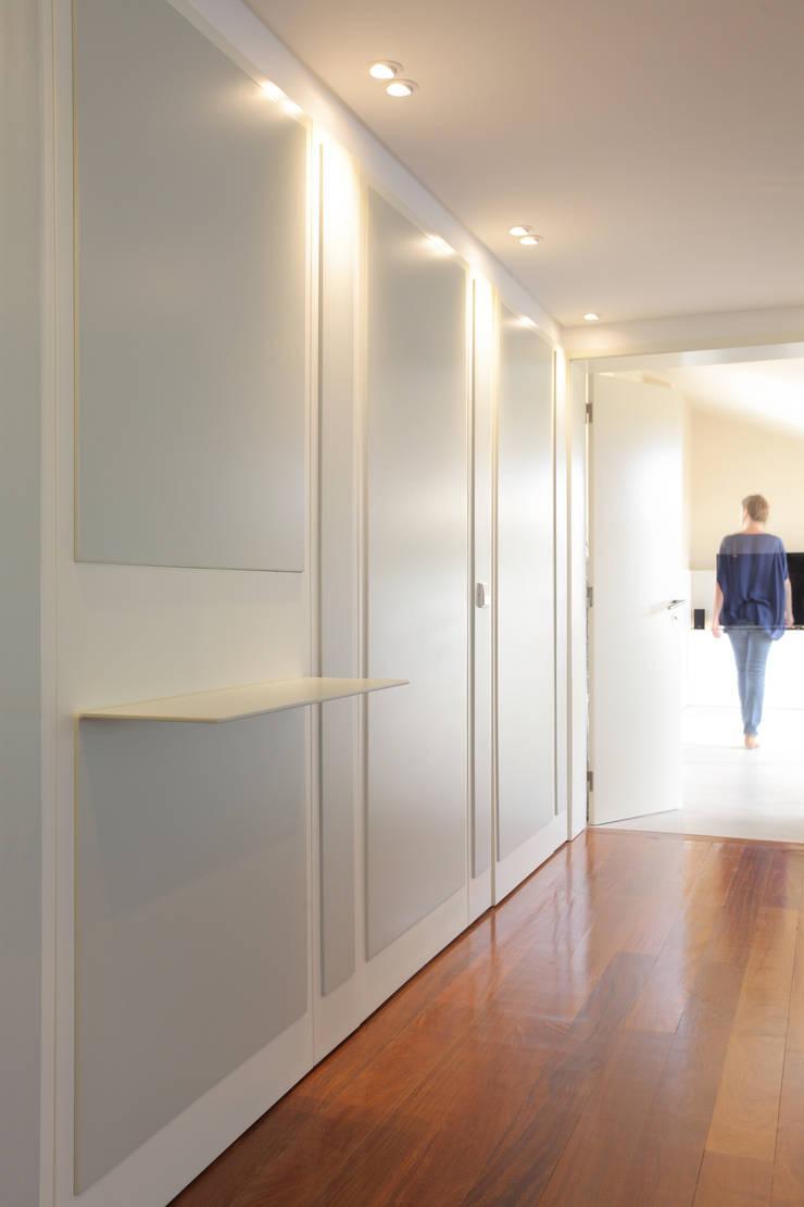 Remodelação T5 Picoas: Corredores e halls de entrada  por BL Design Arquitectura e Interiores