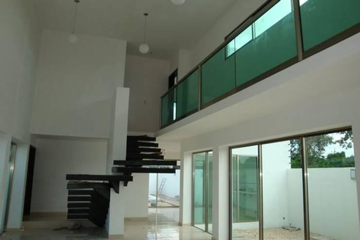 Residencia NY: Pasillos y recibidores de estilo  por Base cubica Arquitectos