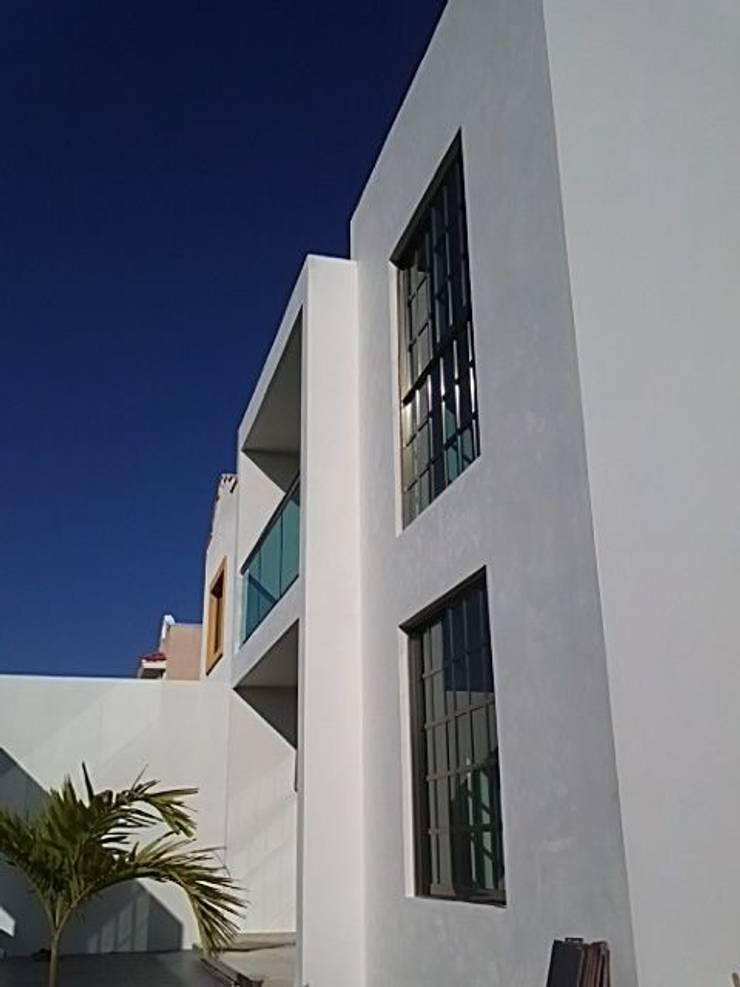 fachada: Casas de estilo  por Base cubica Arquitectos