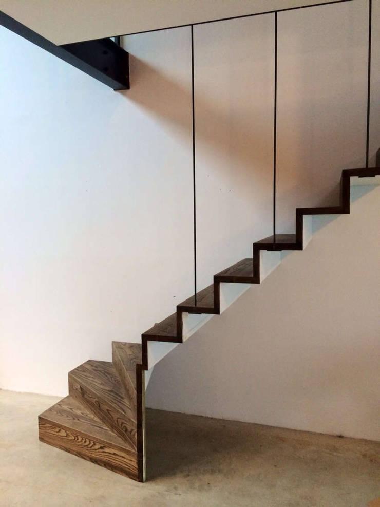 Loft in fabriekspand:  Gang en hal door Tijmen Bos Architecten