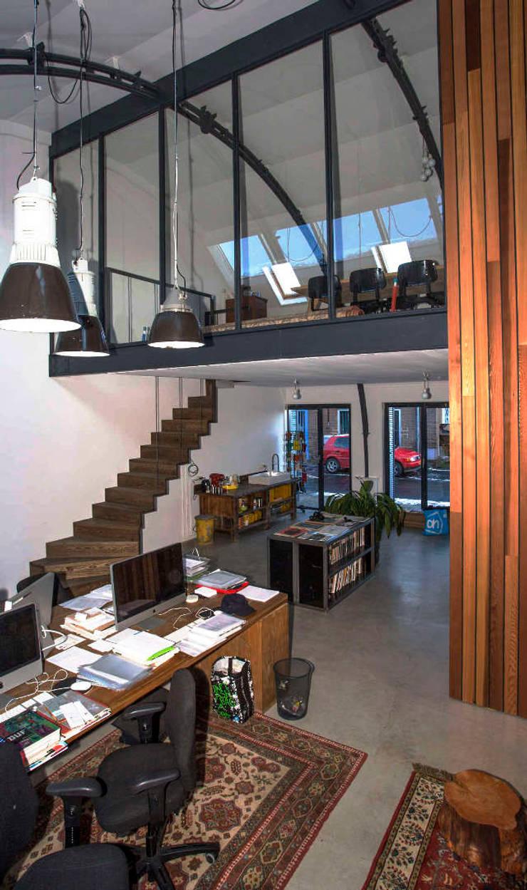 Loft in fabriekspand:  Woonkamer door Tijmen Bos Architecten