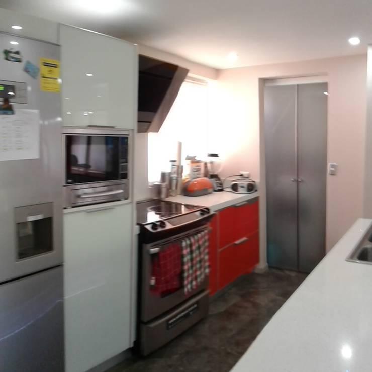 COCINA GALAXY: Cocinas de estilo minimalista por GRUPO ORBITALMA
