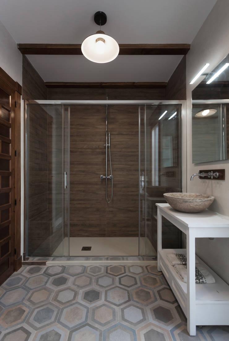 Casa entre vinhedos: Casas de banho  por Raul Garcia Studio