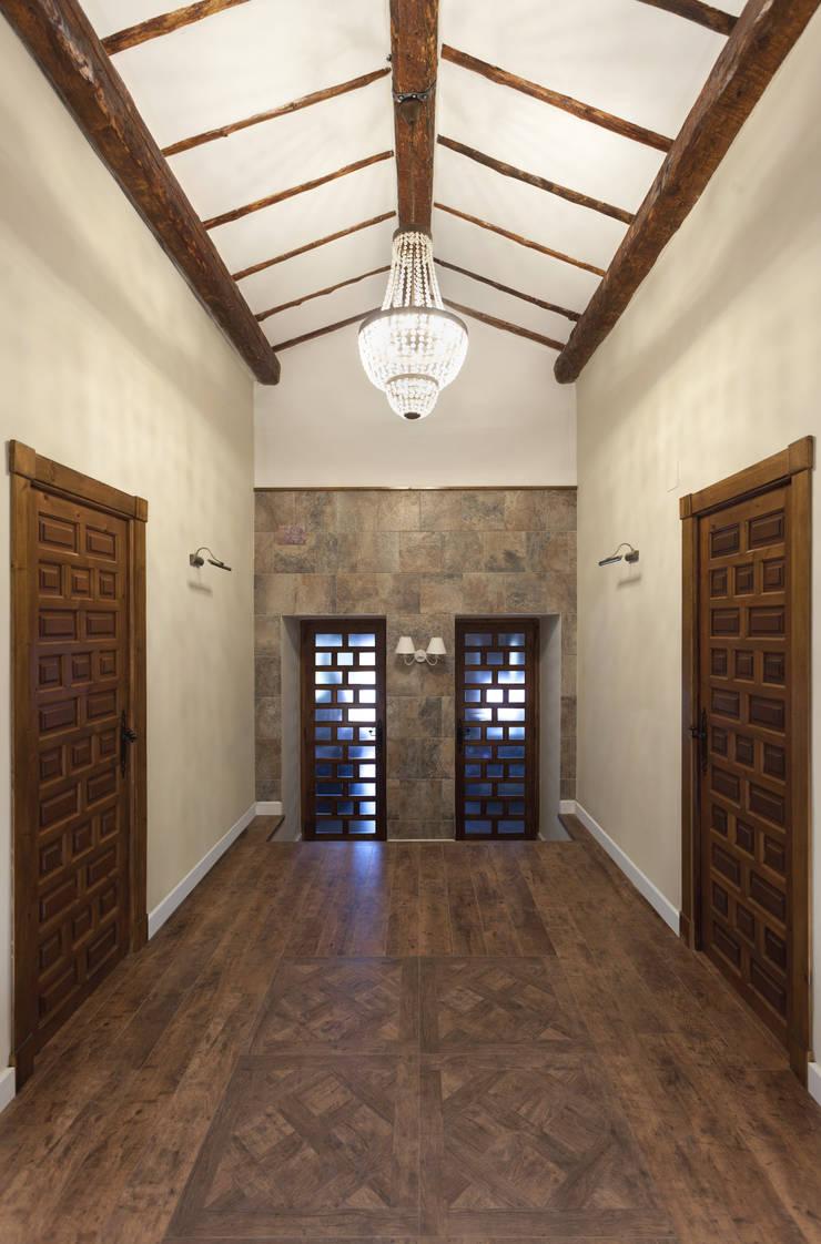 Casa entre vinhedos: Corredores e halls de entrada  por Raul Garcia Studio