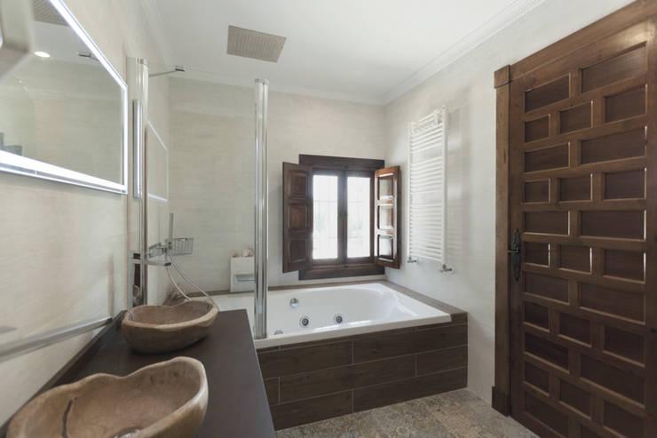 Baños de estilo  por Raul Garcia Studio