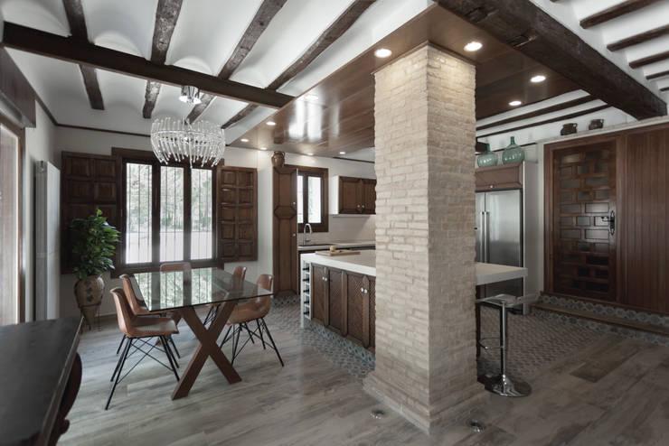 Casa entre vinhedos: Salas de jantar  por Raul Garcia Studio