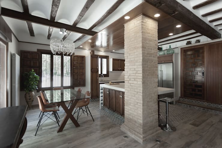 Casa entre vinhedos: Salas de jantar rústicas por Raul Garcia Studio