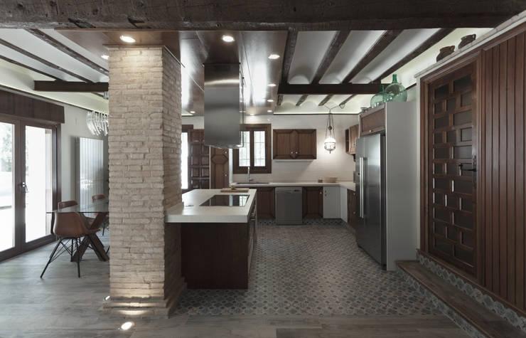 Casa entre vinhedos: Cozinhas  por Raul Garcia Studio