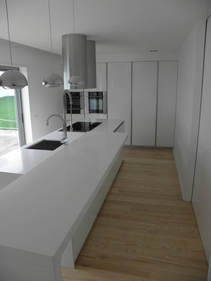 Cozinha Doimo cucine instalada pela equipa Emme Cozinhas em Vila Nova de Famalicão: Cozinhas  por Grupo Emme Cozinhas