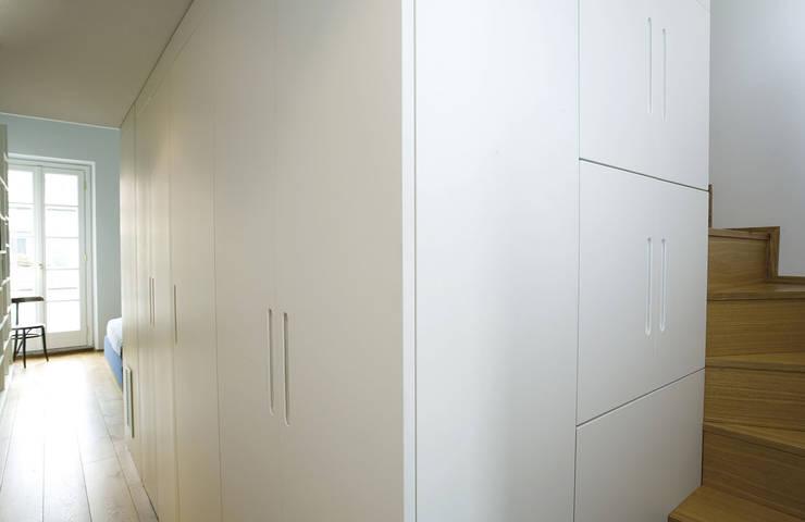 Penthouse in legno: Camera da letto in stile  di PAZdesign
