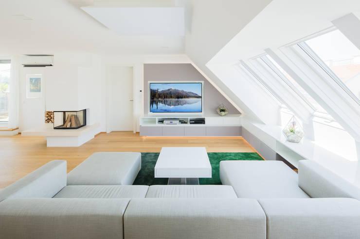 Wohnzimmer/Fernsehbereich:  Wohnzimmer von Kathameno Interior Design e.U.