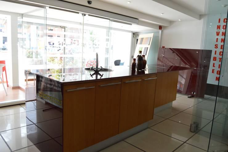 Cocinas importadas de exhibicion a la venta: Cocina de estilo  por Decoglass Center