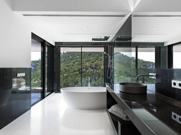 Baño enclancho y negro: Baños de estilo  de Bornelo Interior Design