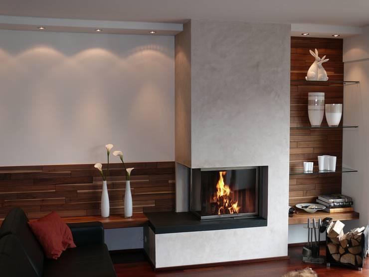 Eckkamin mit angrenzender Sitzgelegenheit:  Wohnzimmer von Christoph Lüpken Ofenbau GmbH - Kamine aus Duesseldorf