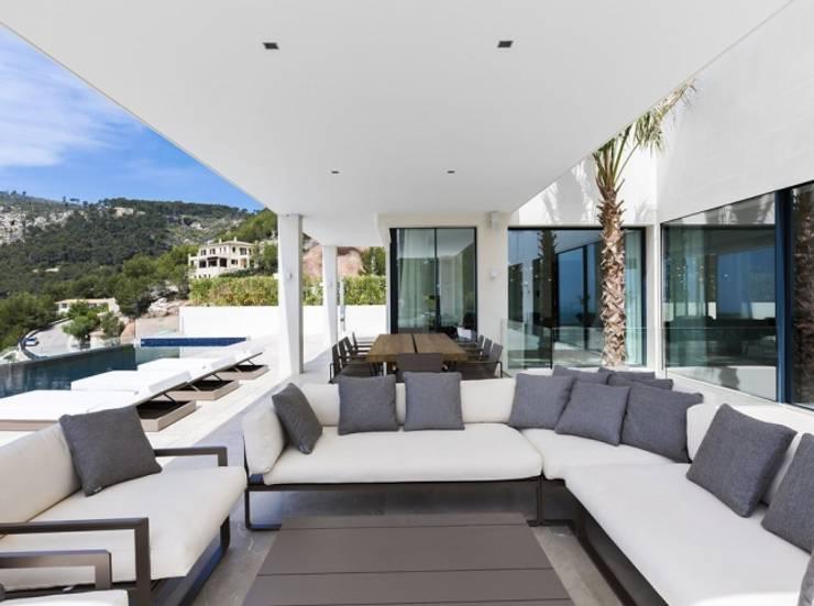 Terraza cubierta, porche: Terrazas de estilo  de Bornelo Interior Design