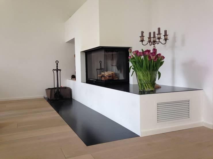 Moderner Eckkamin mit verlängertem Feuertisch:  Wohnzimmer von Christoph Lüpken Ofenbau GmbH - Kamine aus Duesseldorf