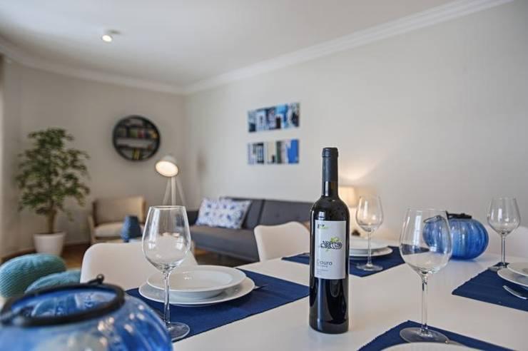 APARTAMENTO TURÍSTICO ARROIOS – LISBOA: Salas de jantar  por EU INTERIORES