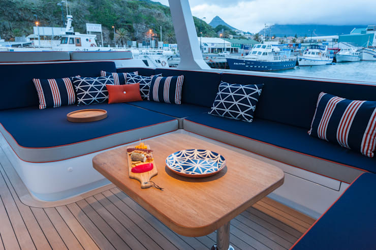 Upper deck chill out area:  Yachts & jets by ONNAH DESIGN