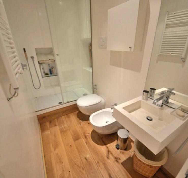 Baños de estilo moderno por Studio Fori