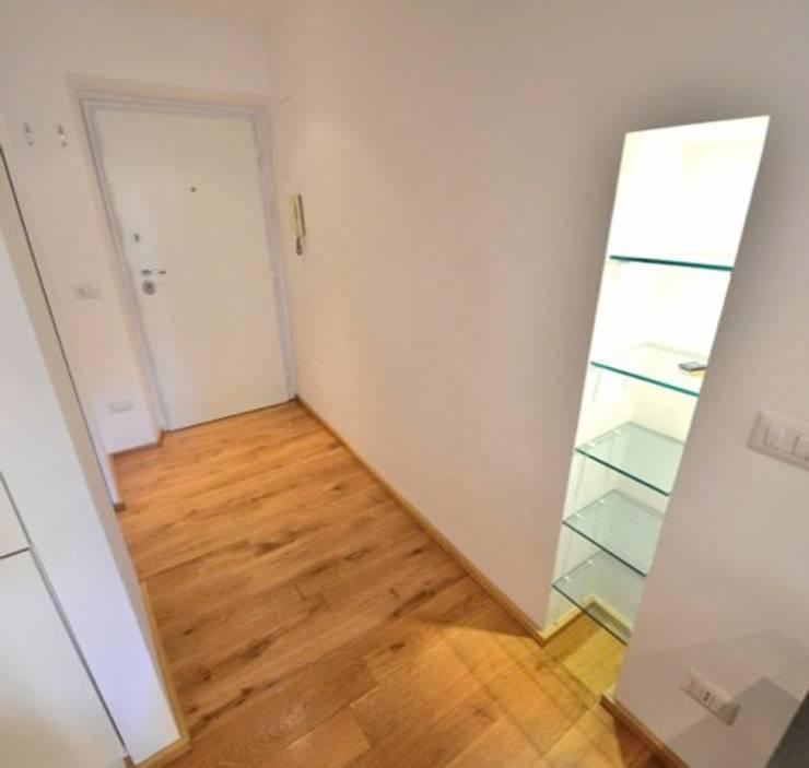 Vestíbulos, pasillos y escaleras de estilo  por Studio Fori