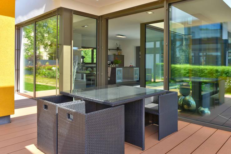Terrazas de estilo  por Büdenbender Hausbau GmbH