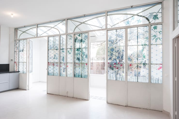 Fenêtres existantes conservées: Salon de style  par Olivier Olindo Architecte
