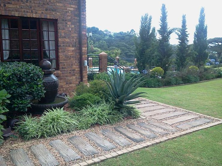 LARGE FORMAL GARDEN IN GILLITTS:  Garden by Paul's Plantscapes