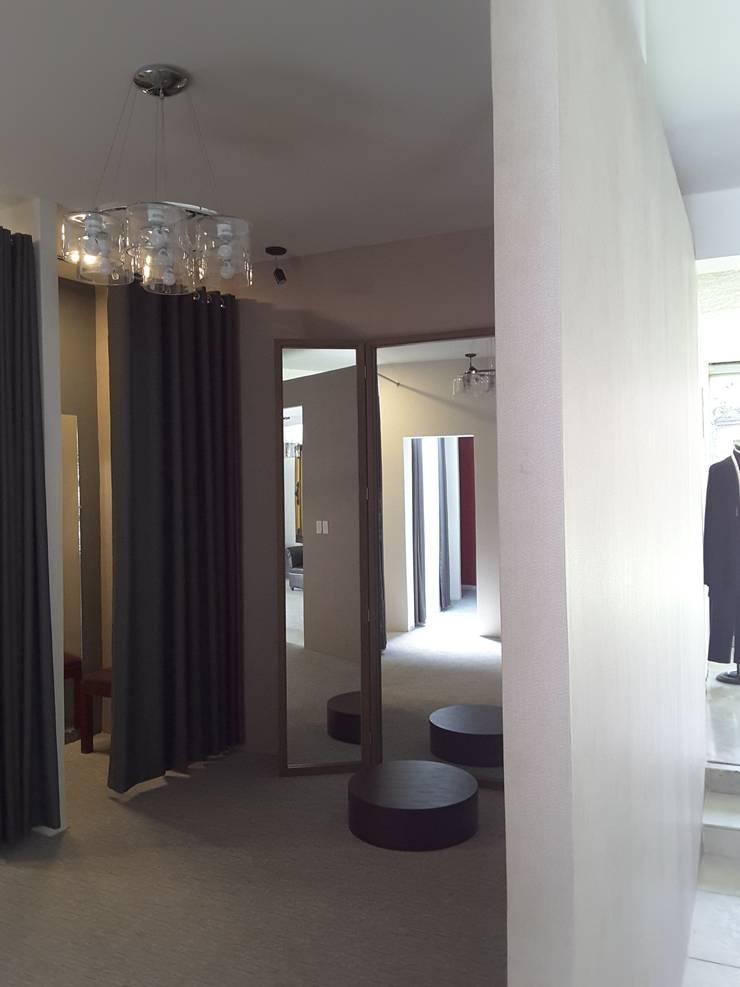 VESTIDOR: Vestidores y closets de estilo  por Lasso Design Studio