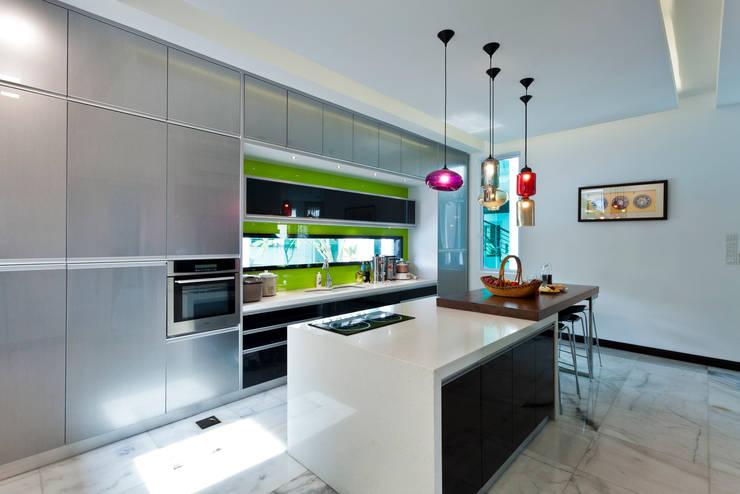 Contemporarily Dashing | BUNGALOW Modern style kitchen by Design Spirits Modern