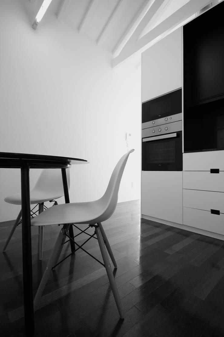 Box4Two – Reabilitação de Moradia:   por SonhoLindo - 2M2F Arquitectos,Minimalista