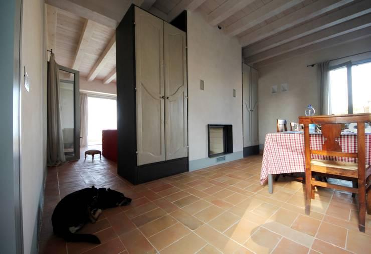 Dispensa: Cucina in stile  di Falegnameria Ferrari