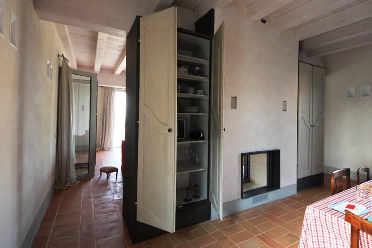 Dispensa attrezzata: Cucina in stile  di Falegnameria Ferrari
