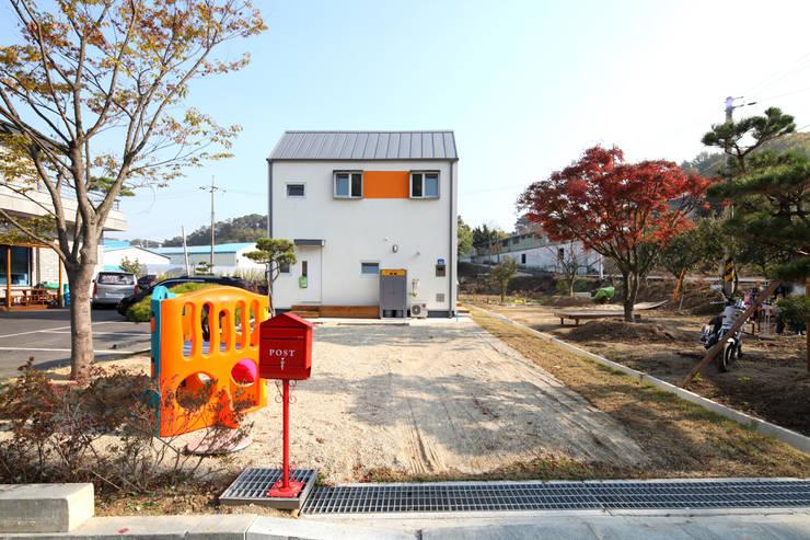 진입부에서 바라봄: 주택설계전문 디자인그룹 홈스타일토토의  주택,모던