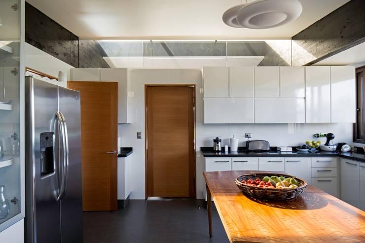 proyecto: Cocinas de estilo moderno por SUN Arquitectos
