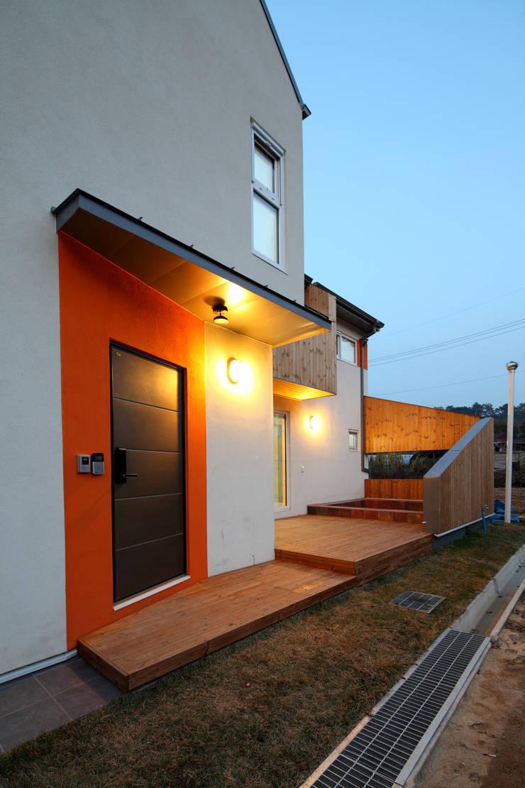 전면 야경: 주택설계전문 디자인그룹 홈스타일토토의  주택,모던