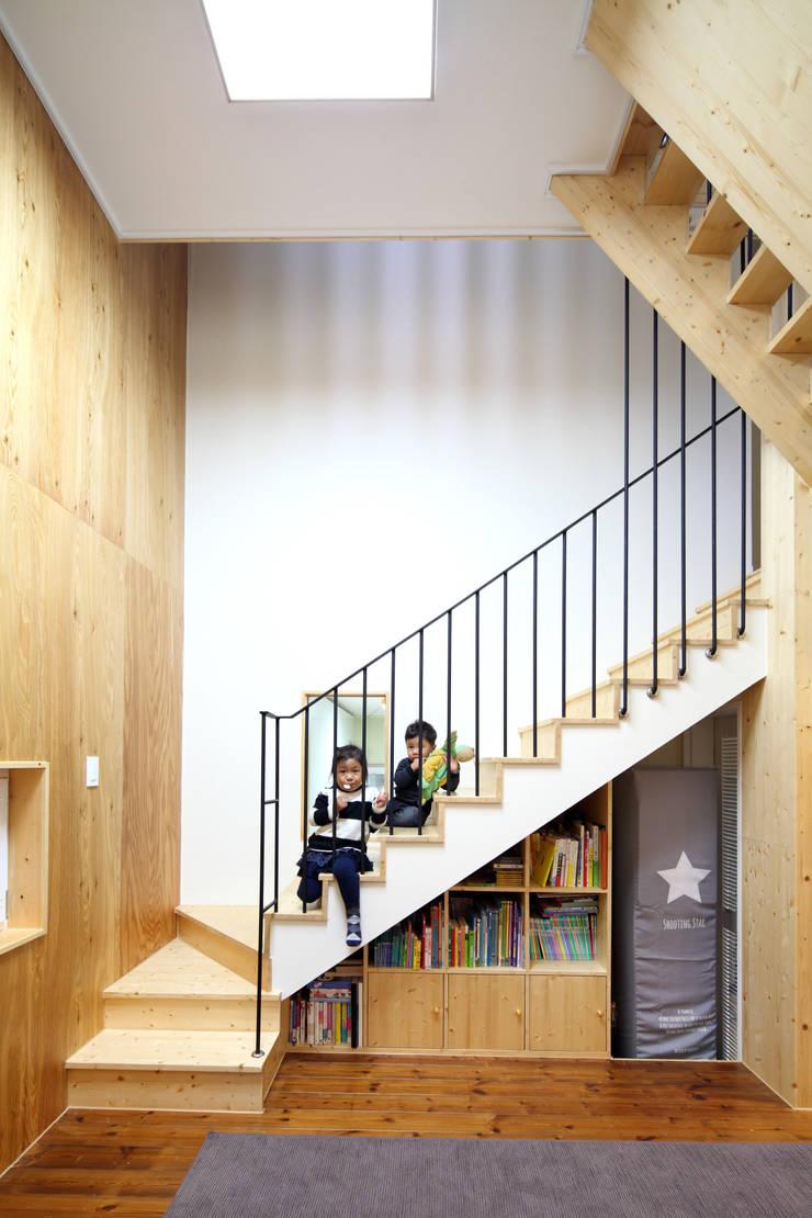 층층 오르는 계단실: 주택설계전문 디자인그룹 홈스타일토토의  복도 & 현관,모던 우드 우드 그레인