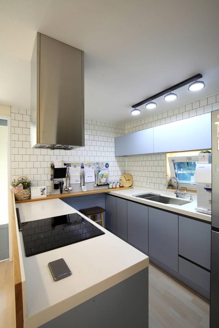 블루그레이 주방: 주택설계전문 디자인그룹 홈스타일토토의  주방,모던