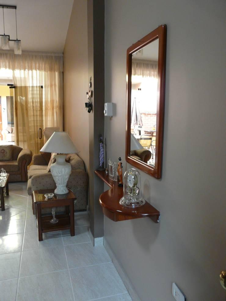 vivienda unifamiliar: Salas / recibidores de estilo  por Okarq