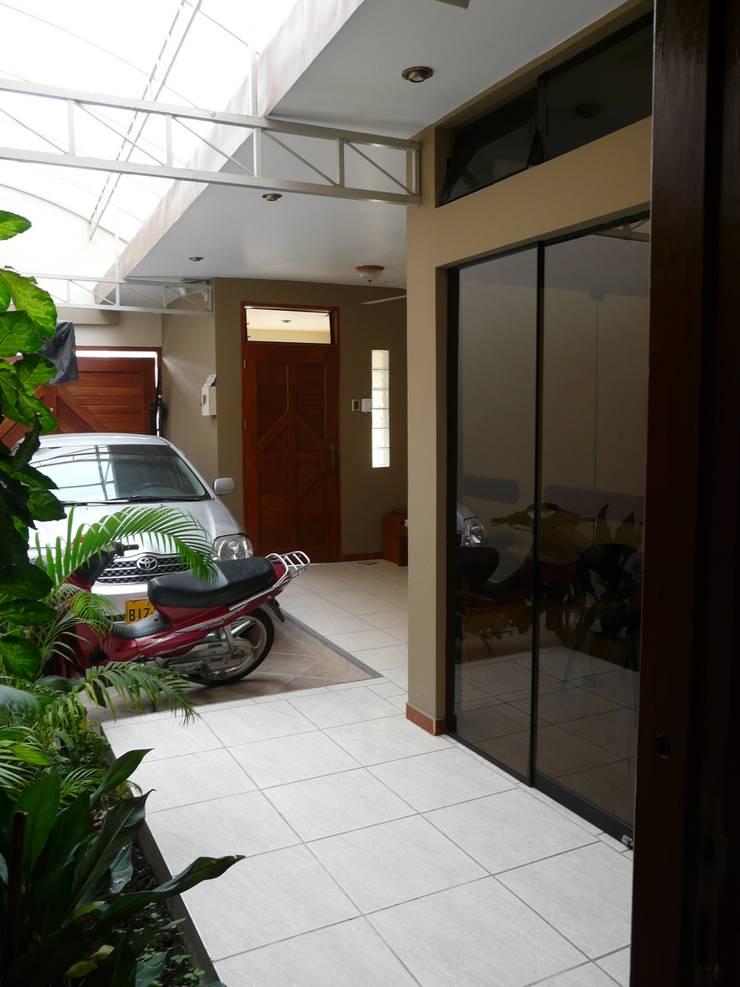 vivienda unifamiliar: Casas de estilo  por Okarq