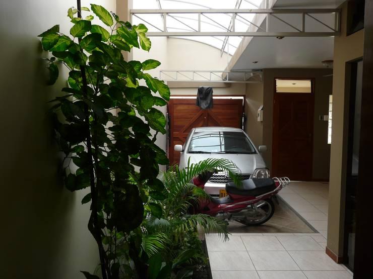 vivienda unifamiliar: Garajes y galpones de estilo  por Okarq