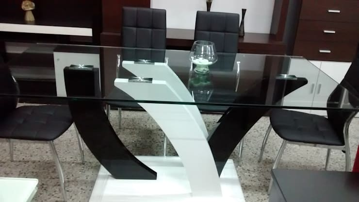 Mesa de vidrio templado y 6 sillas base cromada: Comedores de estilo  por Disegno´s