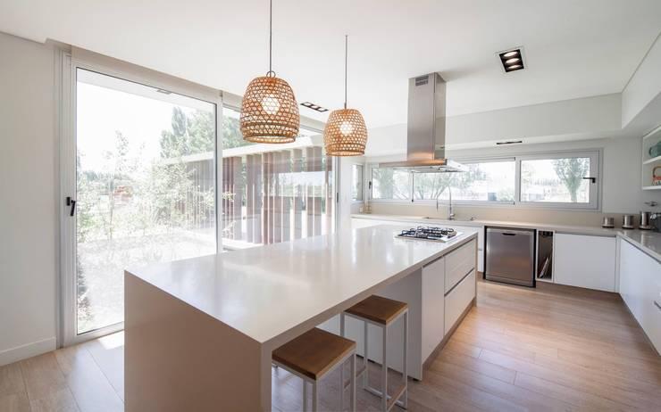CASA ML: Cocinas de estilo  por DMS Arquitectura